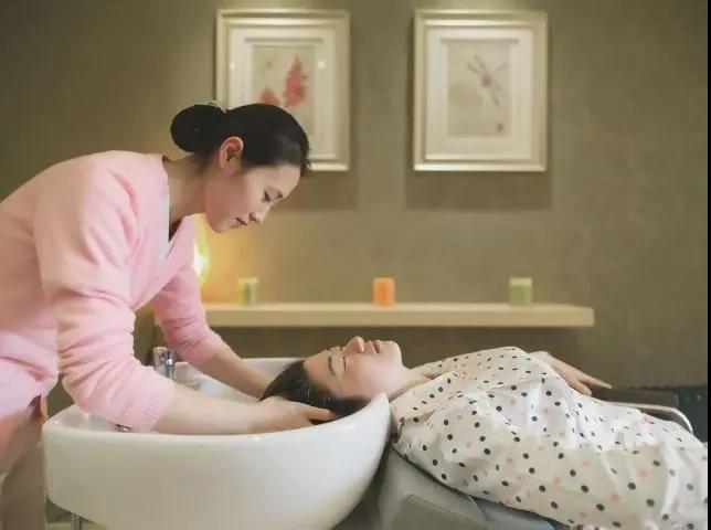 母婴护理师照顾宝妈,洗头发